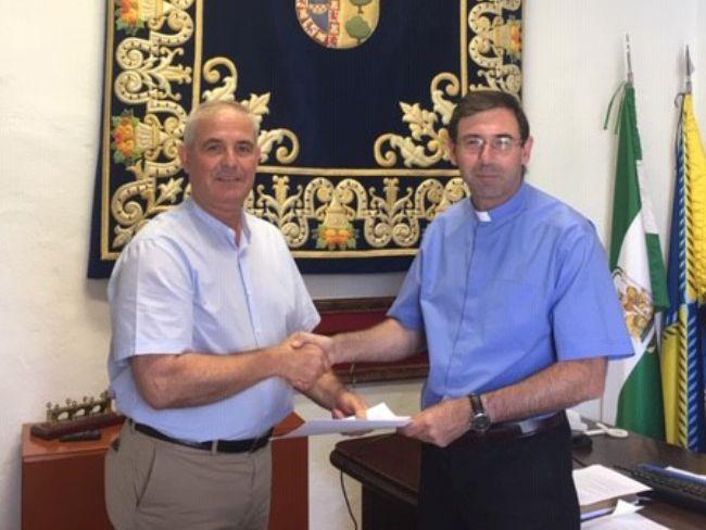 Momento de la firma del Convenio de Colaboración con la iglesia para impulsar la Ruta Turística del Conde-Duque.